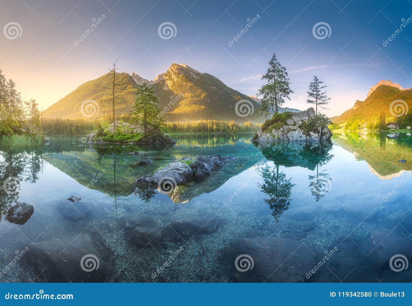 Sikt av Hintersee sjön i bayerska fjällängar, Tyskland
