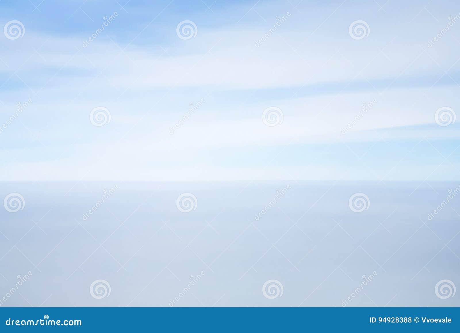 Sikt av horisontlinjen mellan blå himmel och havet
