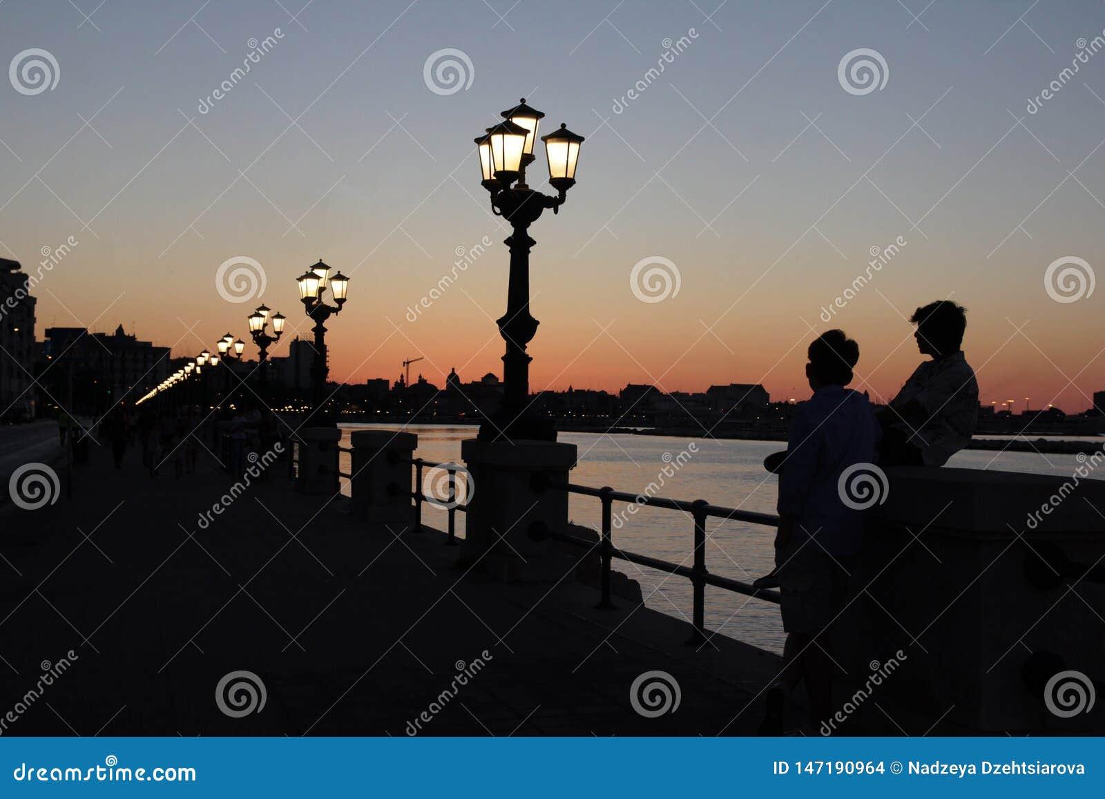 Sikt av invallningen under solnedgång