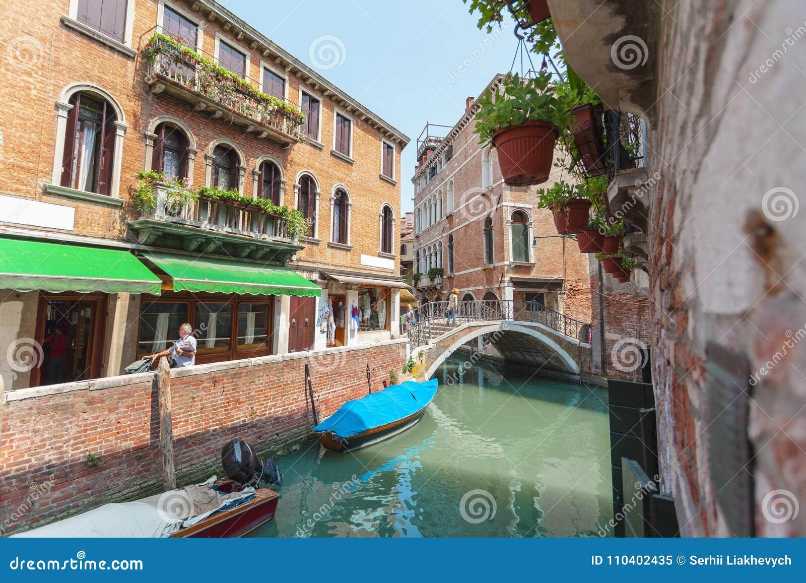 Sikt av kanalen i Venedig, Italien Venedig är en populär turist- destination av Europa