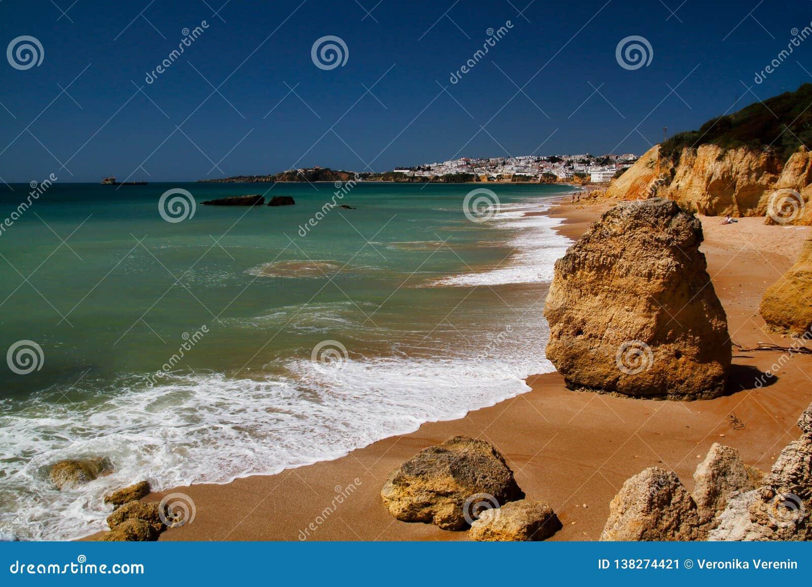 Sikt av kusten och klippor i Albufeira, område Faro, Algarve, sydliga Portugal