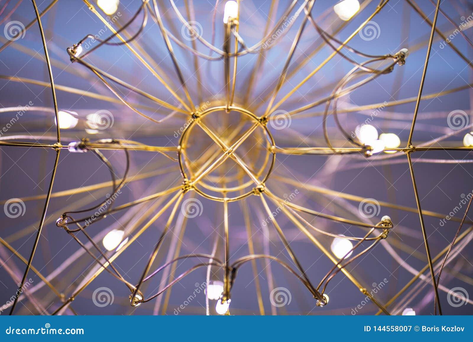 Sikt av ljuskronan underifr?n, ljuskronan i form av en reng?ringsdukn?rbild