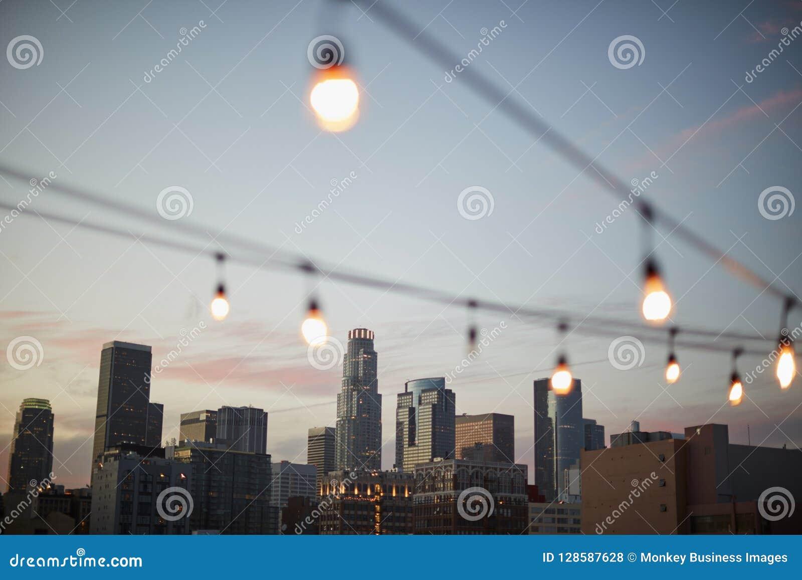 Sikt av Los Angeles horisont på solnedgången med rad av ljus i förgrund
