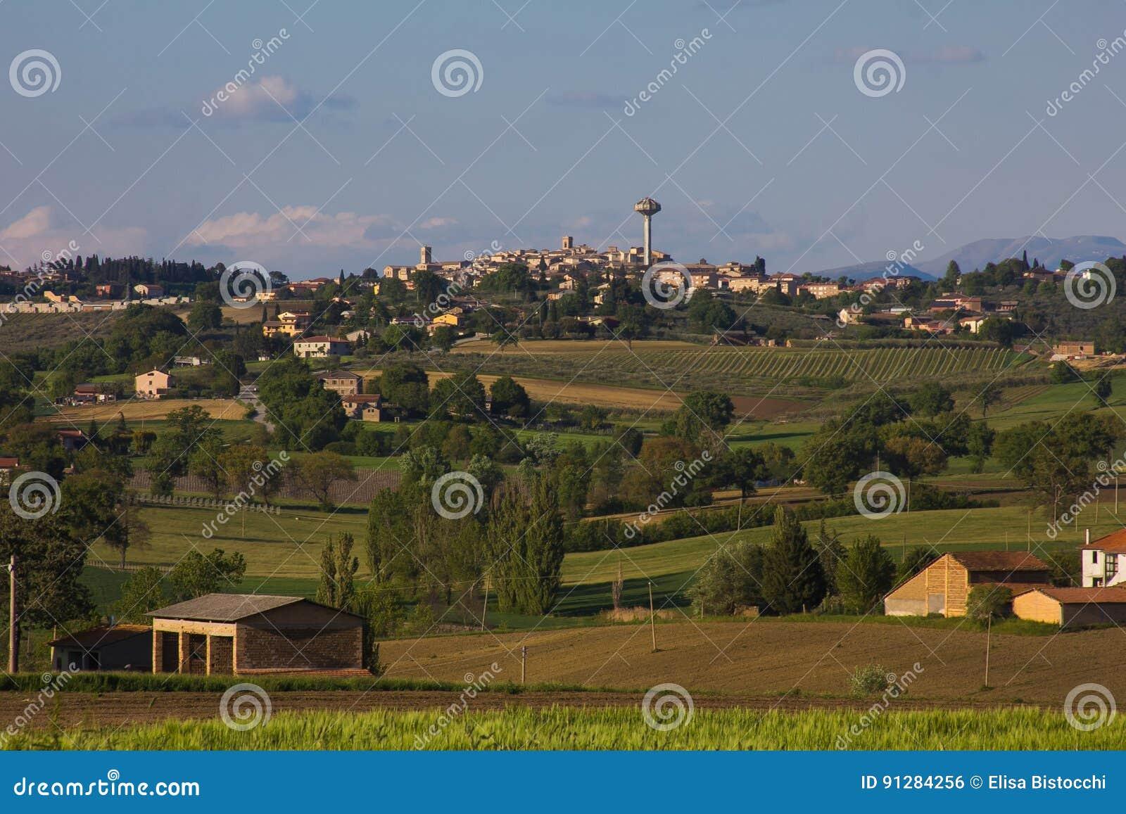Sikt av Montefalco, den umbria staden av vin och olja
