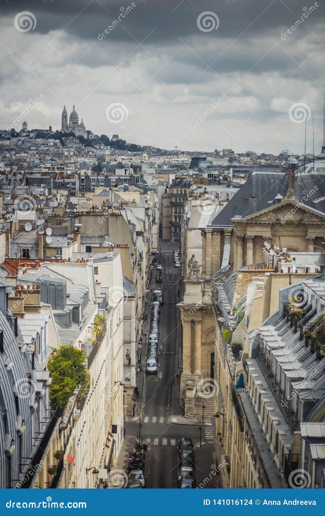 Sikt av Paris, Rue Saint-Roch med den Sacre Coeur basilikan i bakgrunden