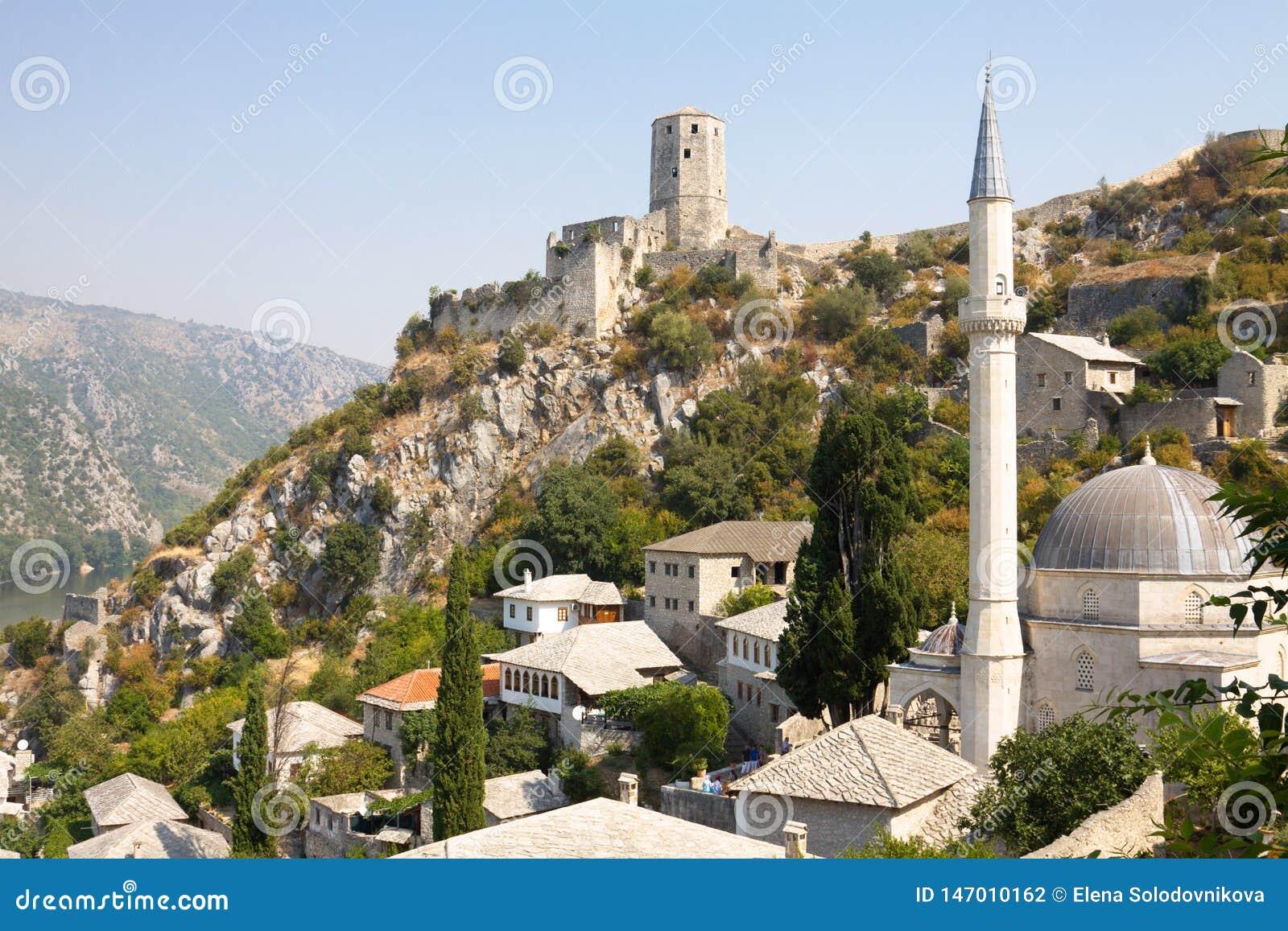 Sikt av Pocitelj med moskén och citadellen