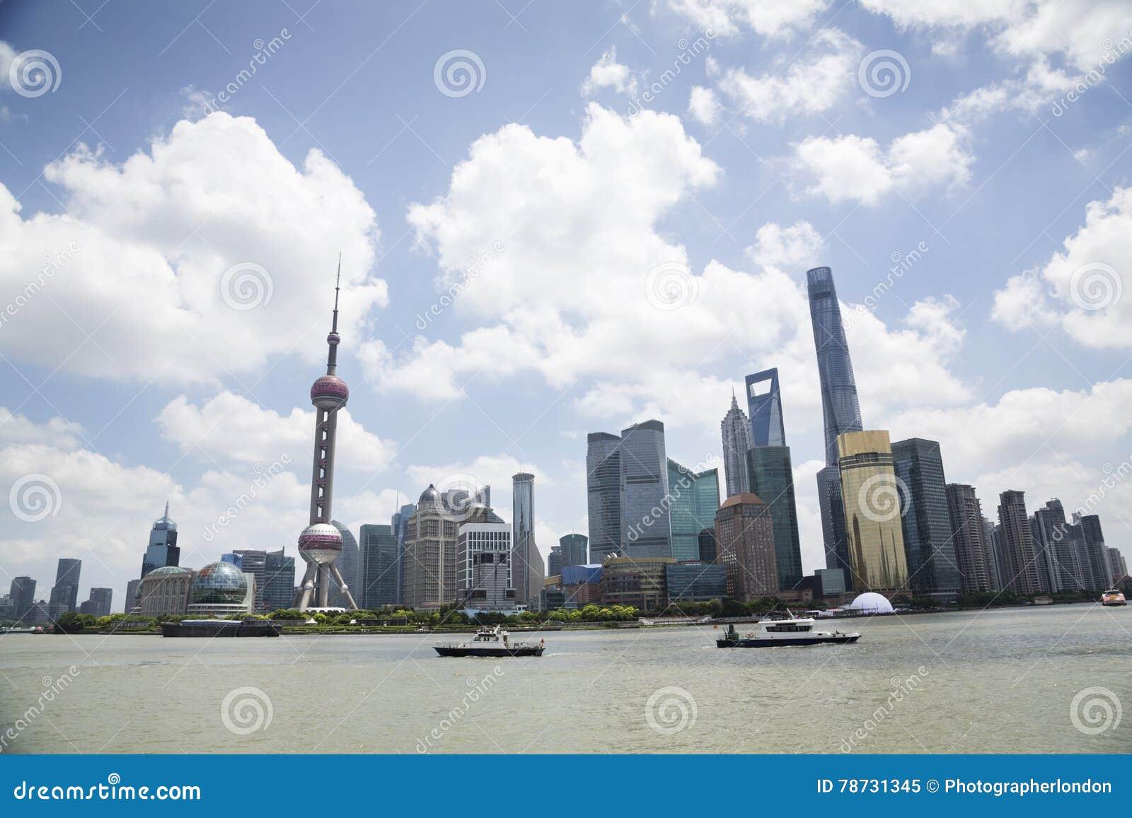 Sikt av Pudong horisont vid Huangpu River mot molnig himmel
