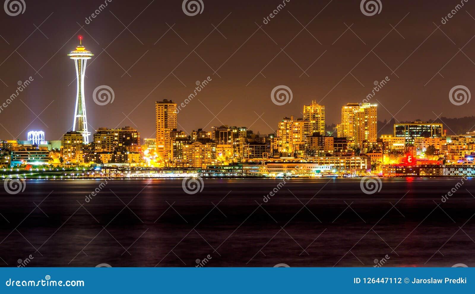 Sikt av Puget Sound med blåa himlar och i stadens centrum Seattle, Washington, USA