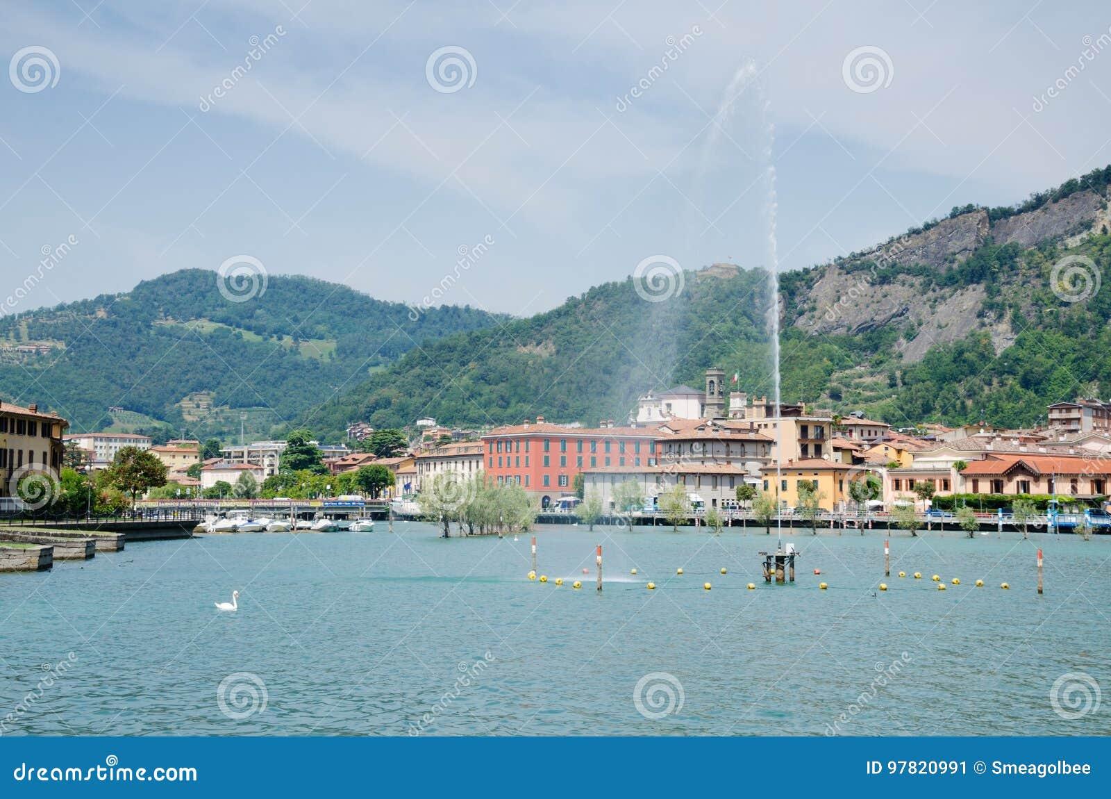 Sikt av Sarnico från sjön Iseo