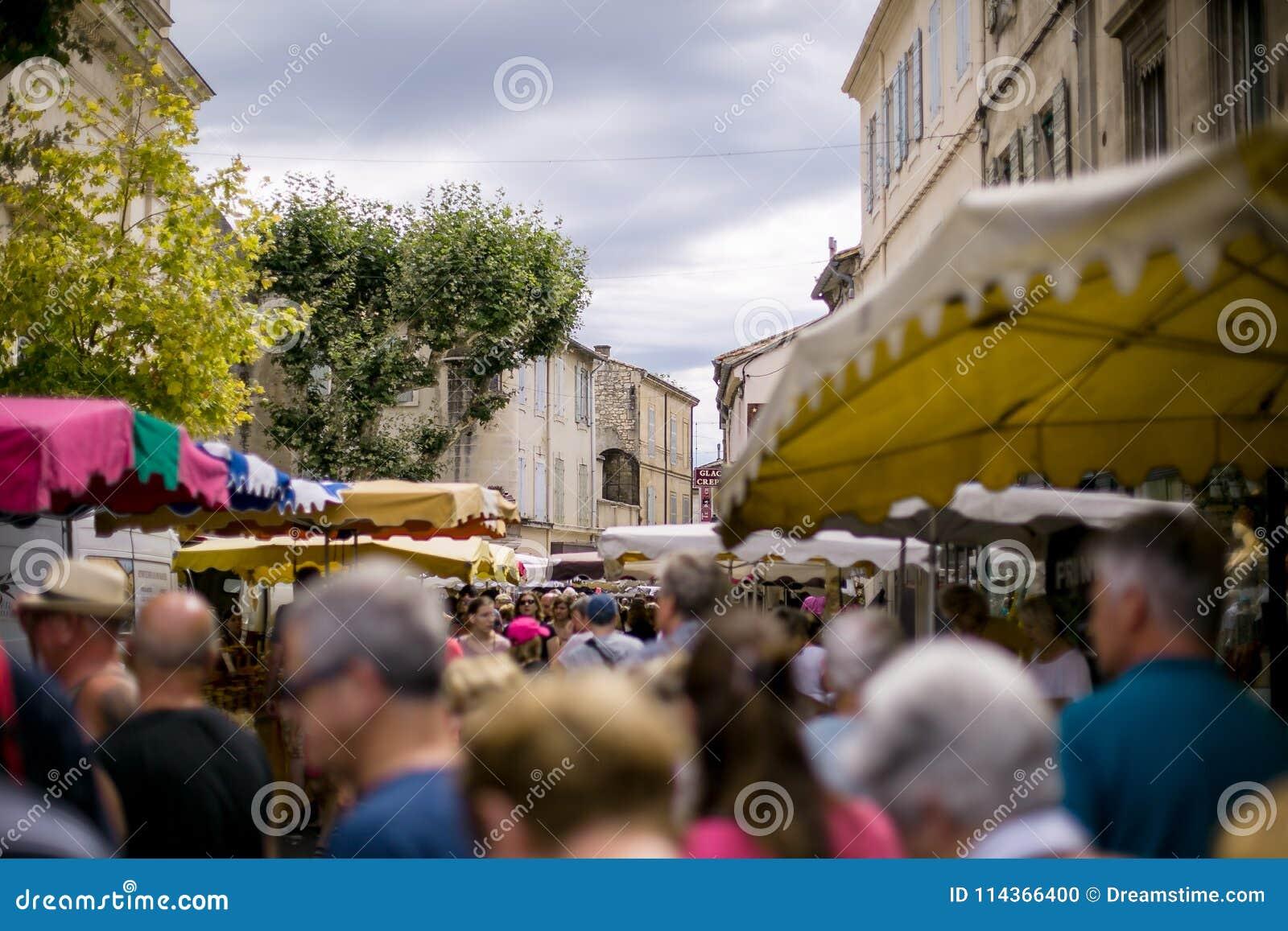 Sikt av shoppinggatan i Provence