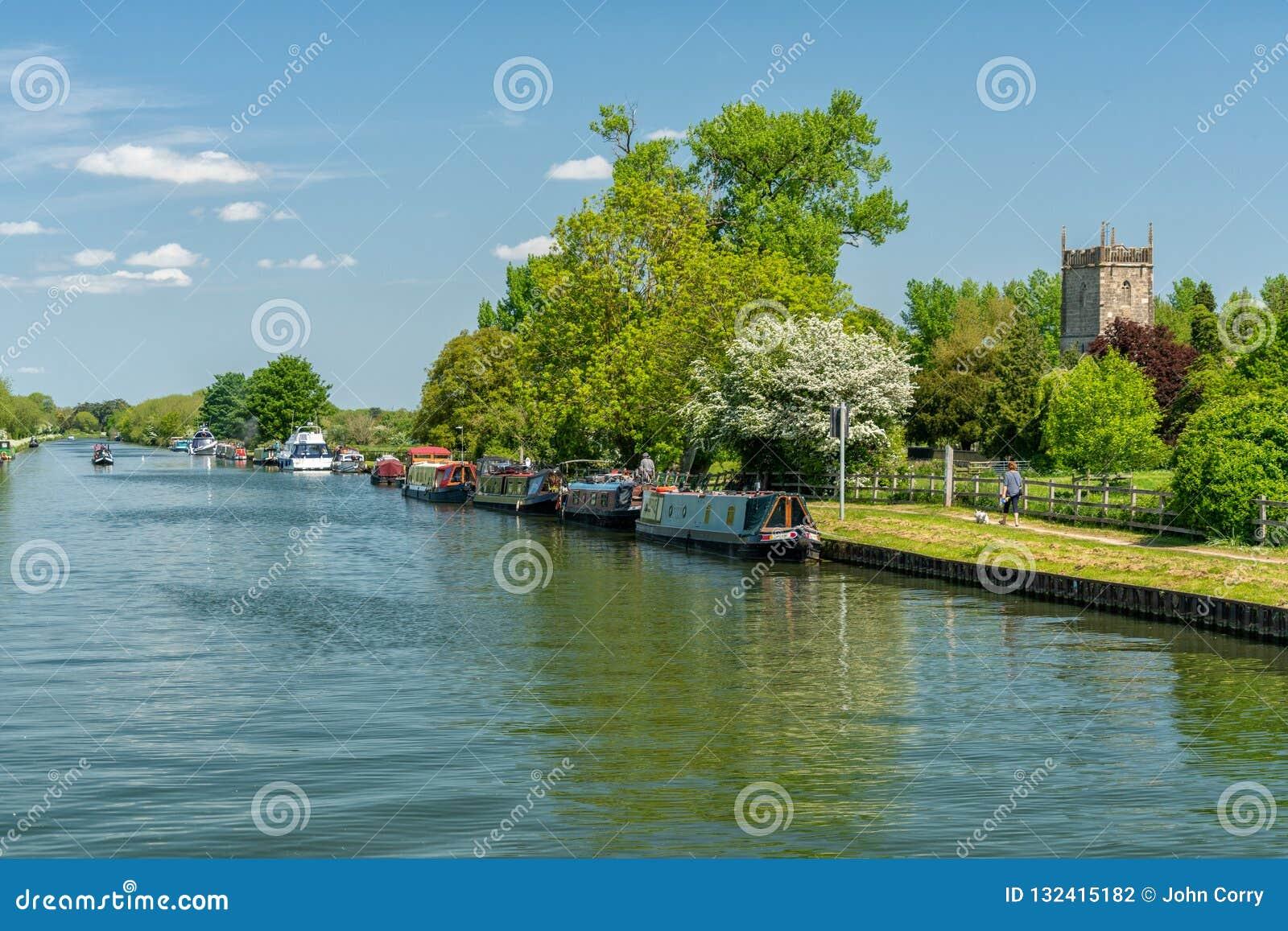 Sikt av skärpan - Gloucester kanal med St Mary oskuldkyrkan i bakgrunden, Frampton på Severn, Gloucestershire, UK