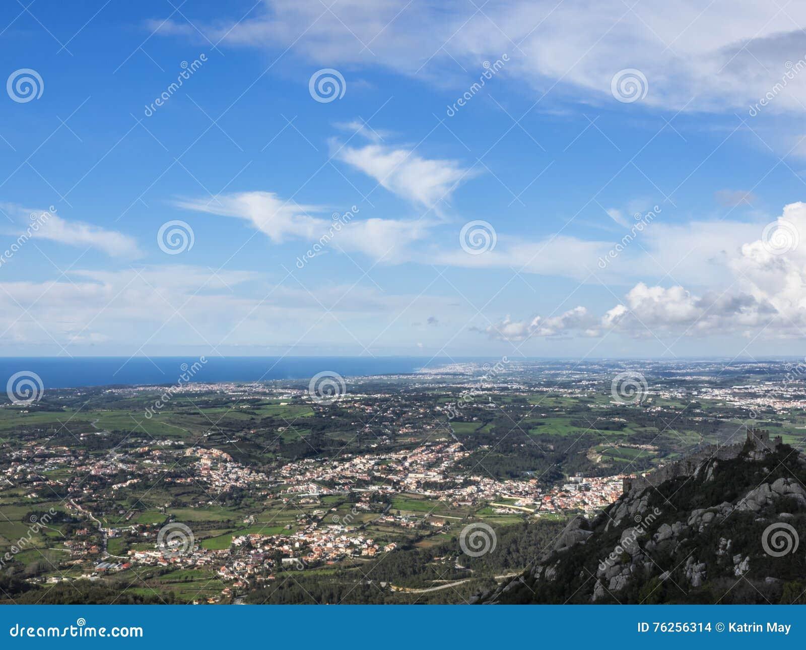 Sikt av slottCastelo DOS Mouros och det kulturella landskapet av Sintra, Portugal