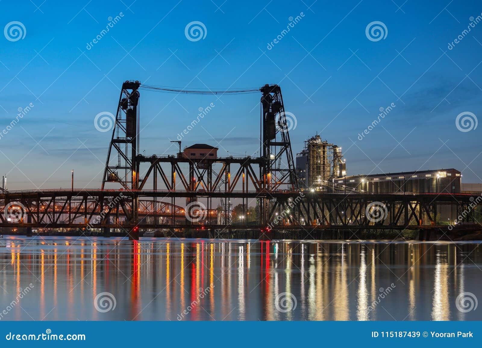 Sikt av stålbron på skymning i Portland