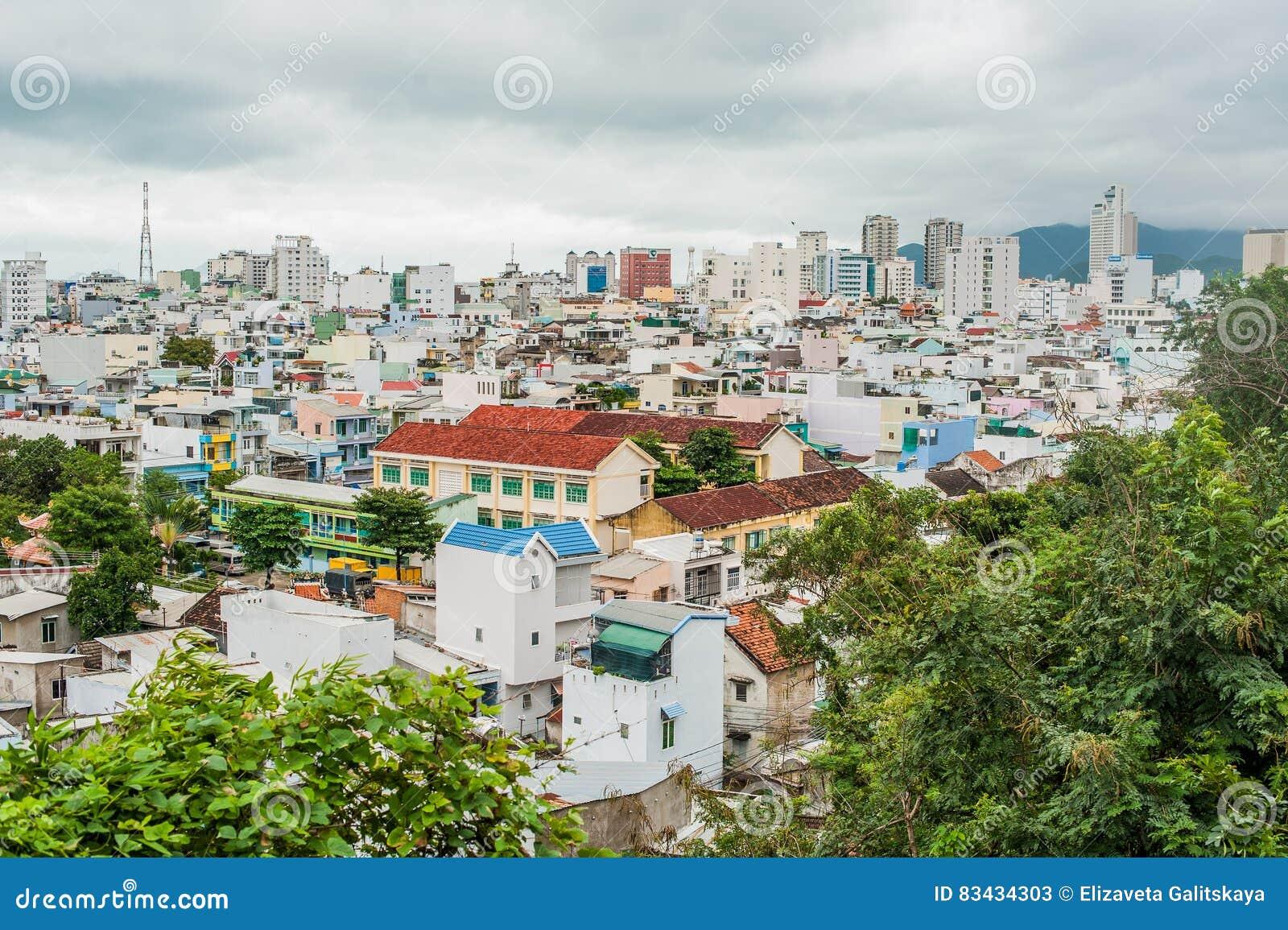Sikt av staden av Nha Trang Vietnam från en höjd Asien loppbegrepp