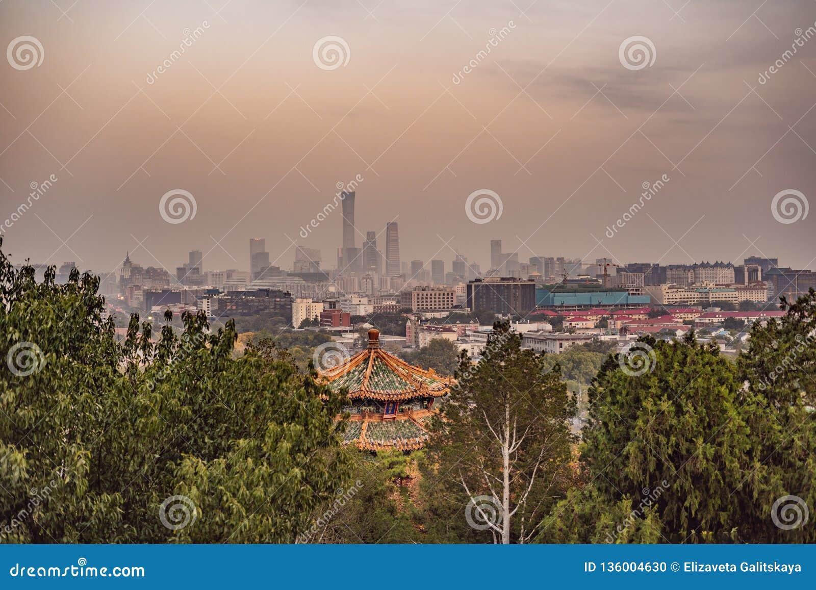 Sikt av staden av Peking från en höjd Kina