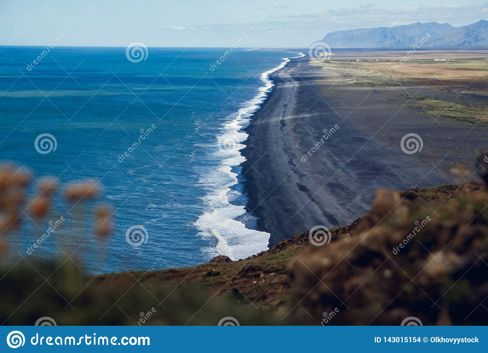Sikt av stranden n?ra udden Dyrholaey p? byn av Vik i Island