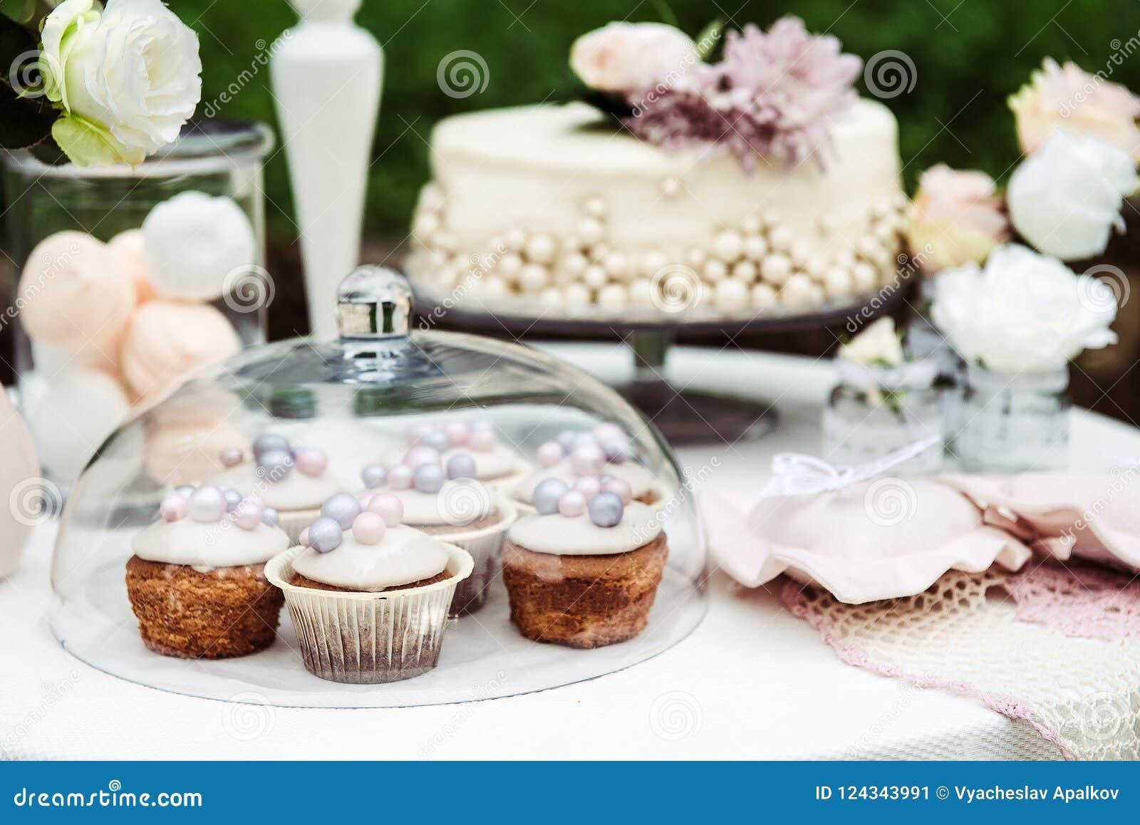 Sikt av tabellen med en kaka, muffin