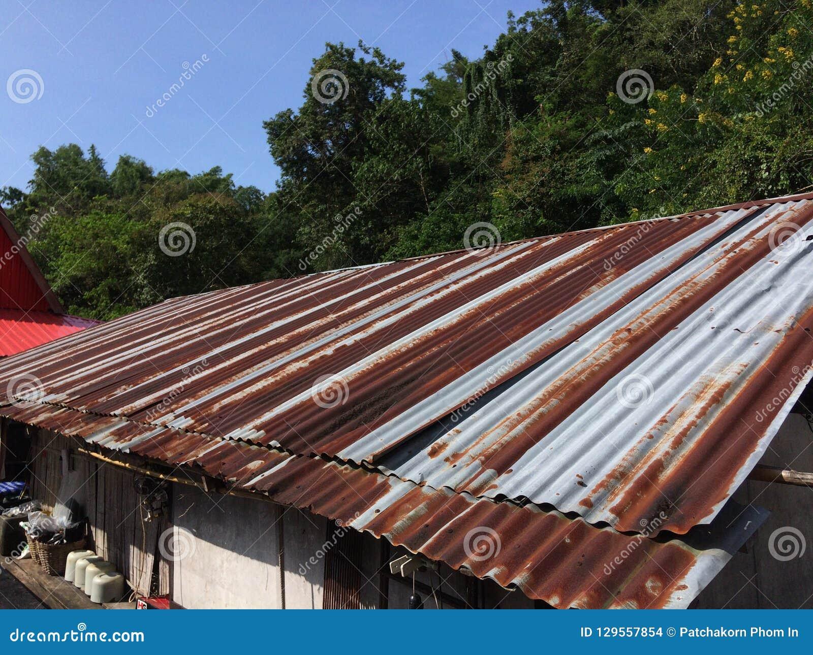 Sikt av taket för gammal stil med rostig zink