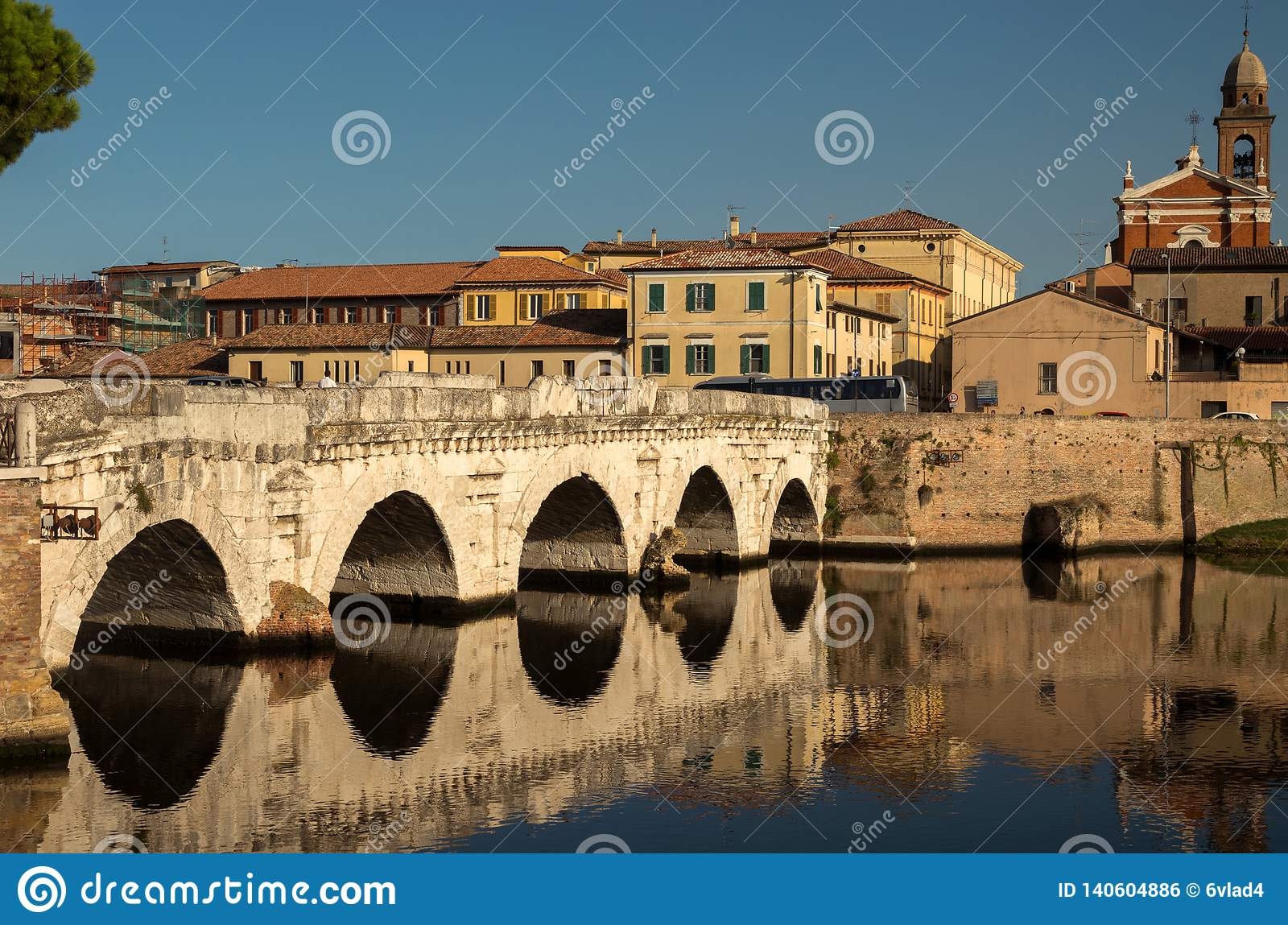 Sikt av Tiberius Bridge på bakgrunden av kyrkan av St Mary och de gamla fjärdedelarna av staden
