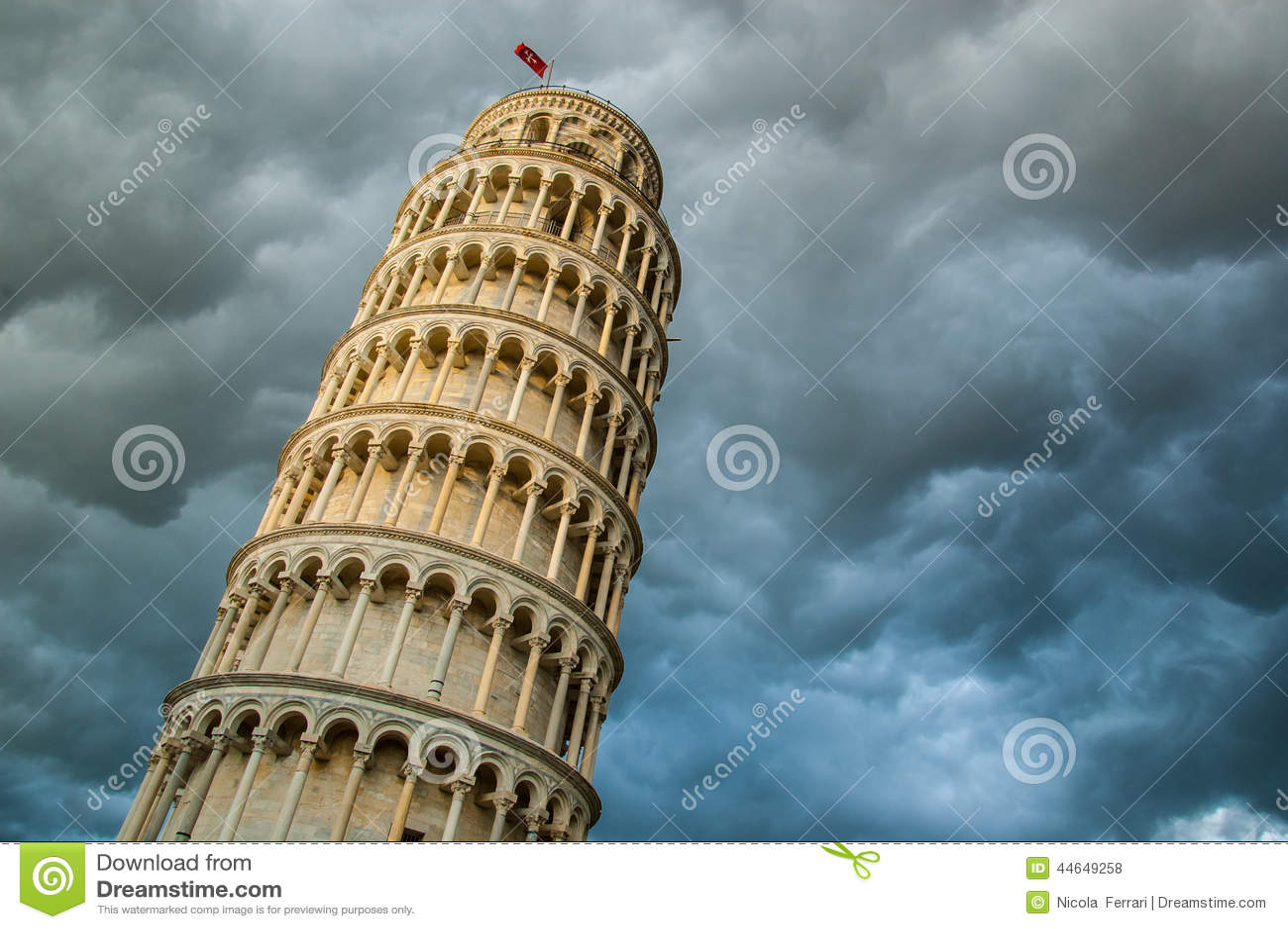 Sikt av tornet av Pisa underifrån och dramatisk molnhimmel