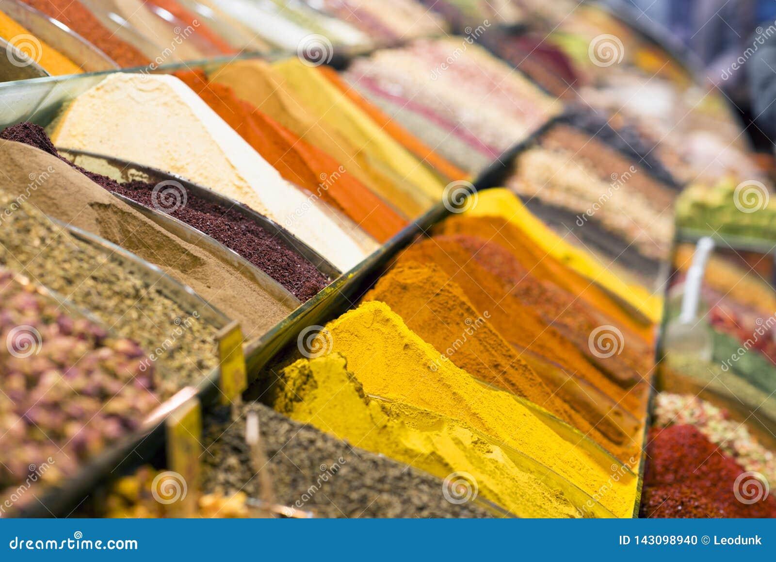 Sikt av turkiska kryddor i den storslagna kryddabasaren Färgrika kryddor i försäljning shoppar i kryddamarknaden av Istanbul, Tur