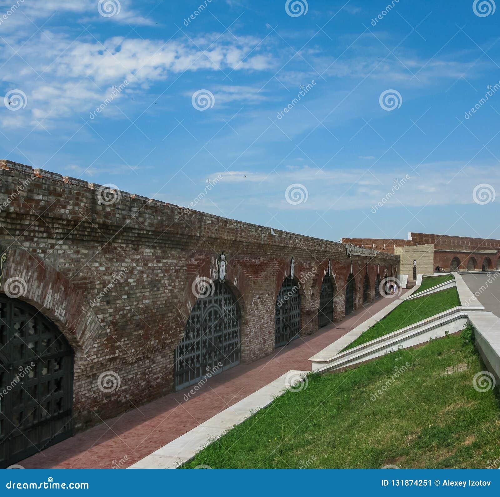 Sikt av väggen av den Kazan Kreml från inre i Kazan, Ryssland