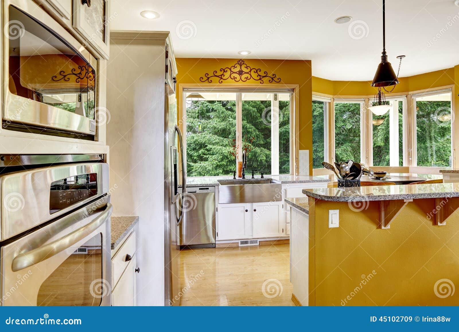 Sikt av vardagsrum från ingångshall med räcke och trappa kökrum i ...