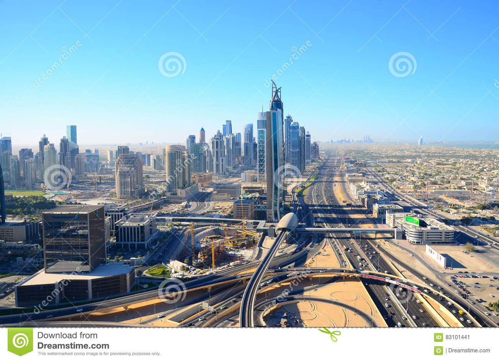 Sikt för öga för fågel` s av Dubai Skyskrapor i öknen