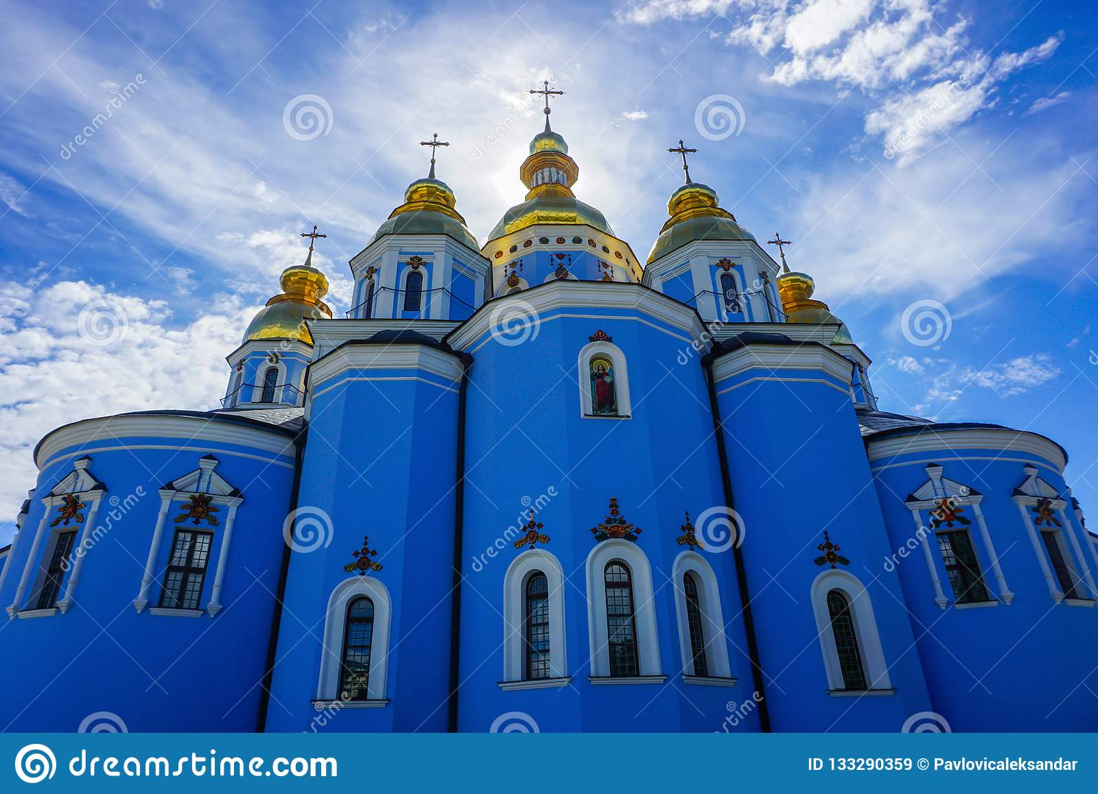 Sikt för baksida för Kiev St Michael guld- kupolformig klosterkyrka