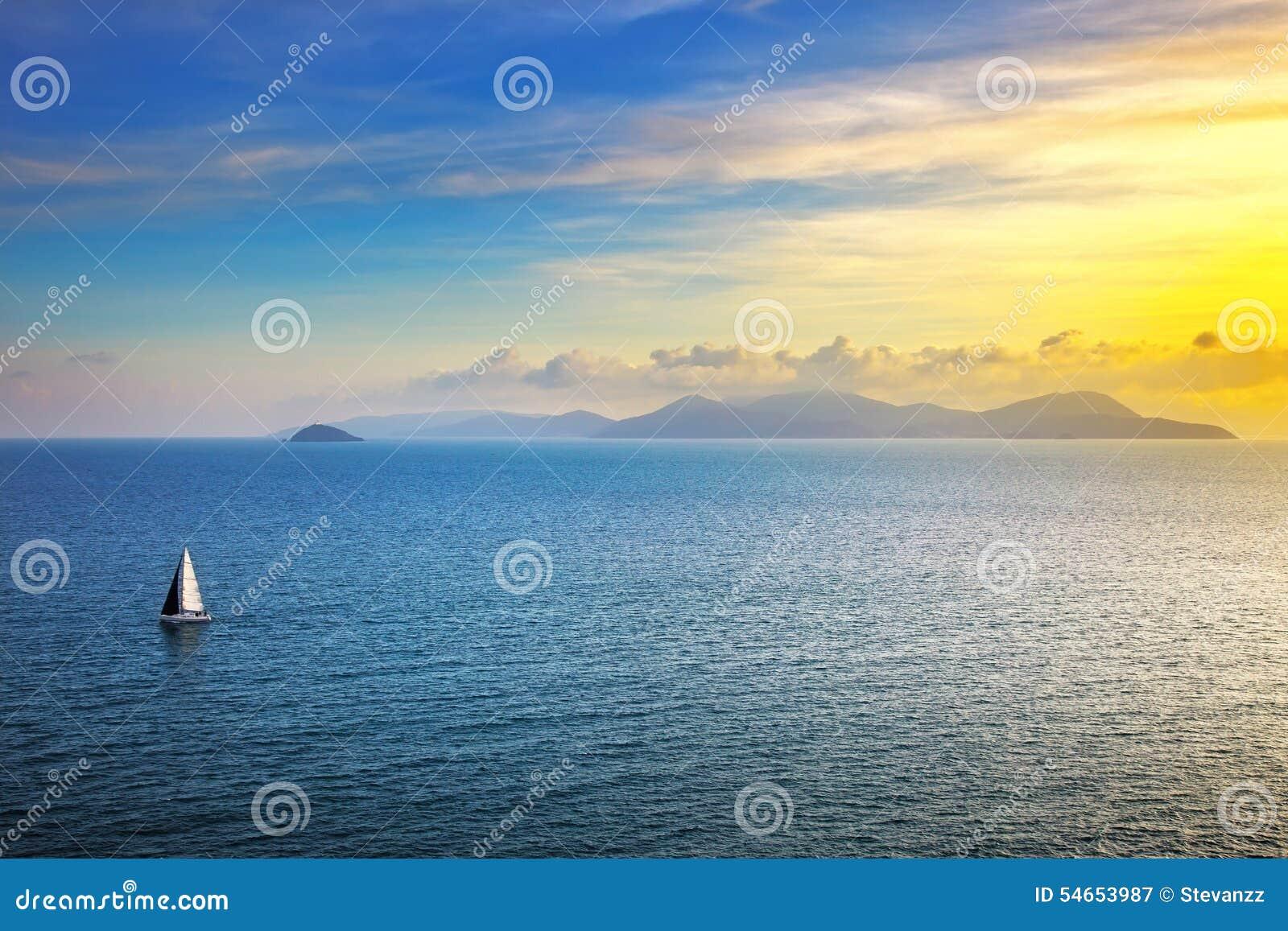 Sikt för Elba ösolnedgång från Piombino ett seglafartyg Mediterranea