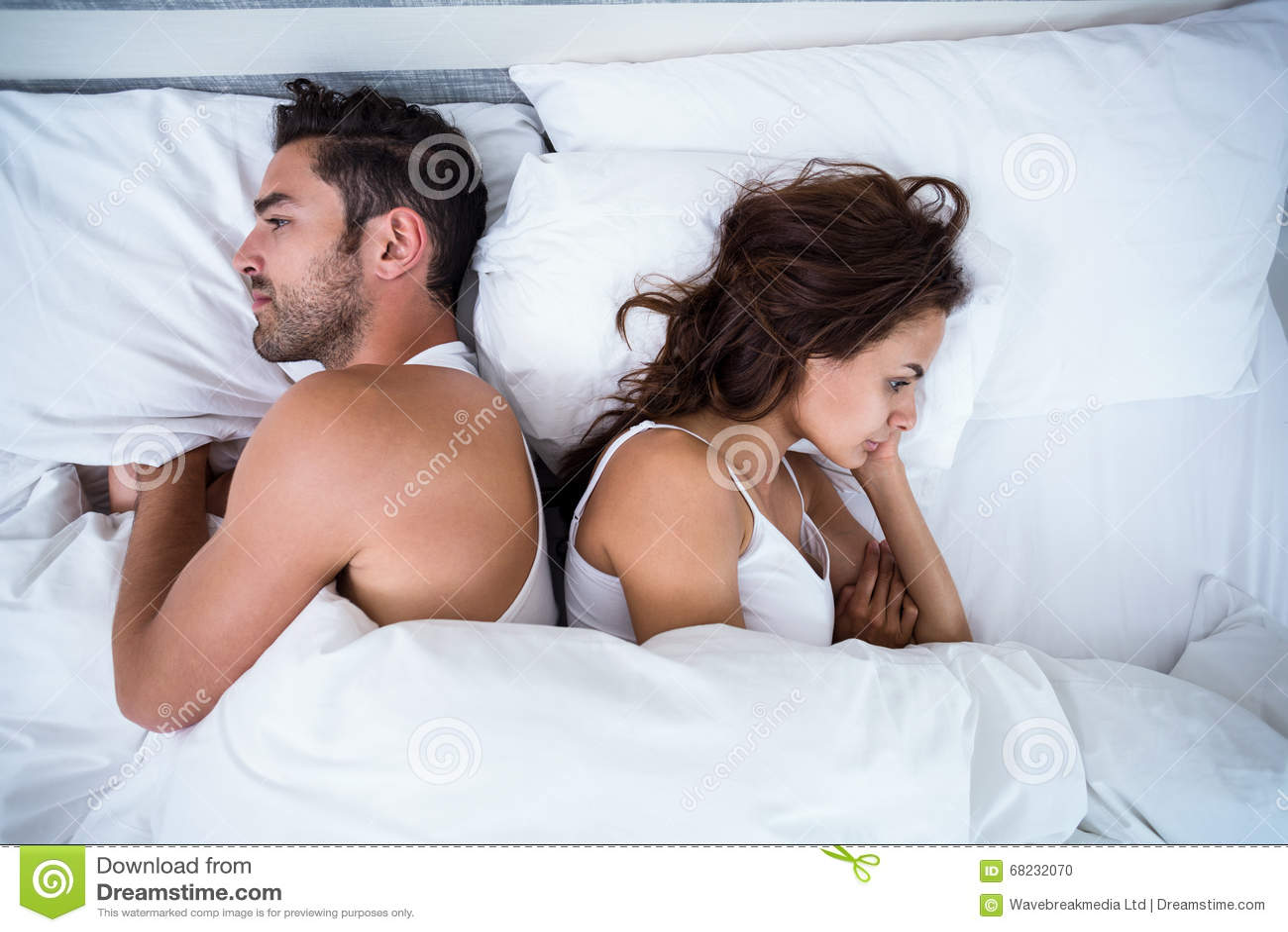 Sikt för hög vinkel av ilskna par på säng