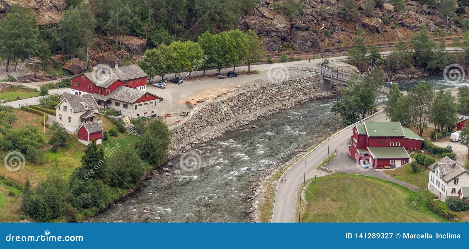 Sikt för hög vinkel av stugor vid floden flam norway