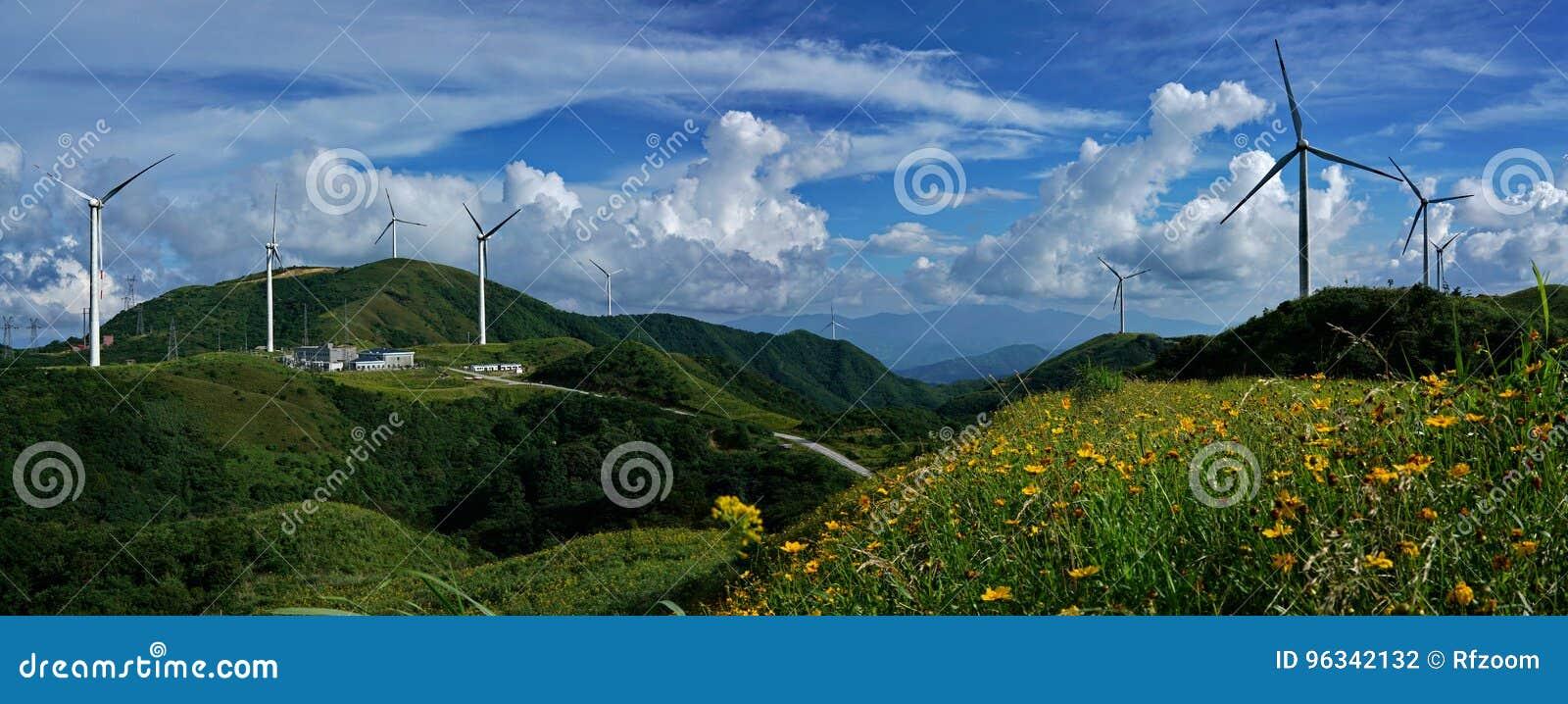 Sikt för Panoram vindturbin från det bästa berget