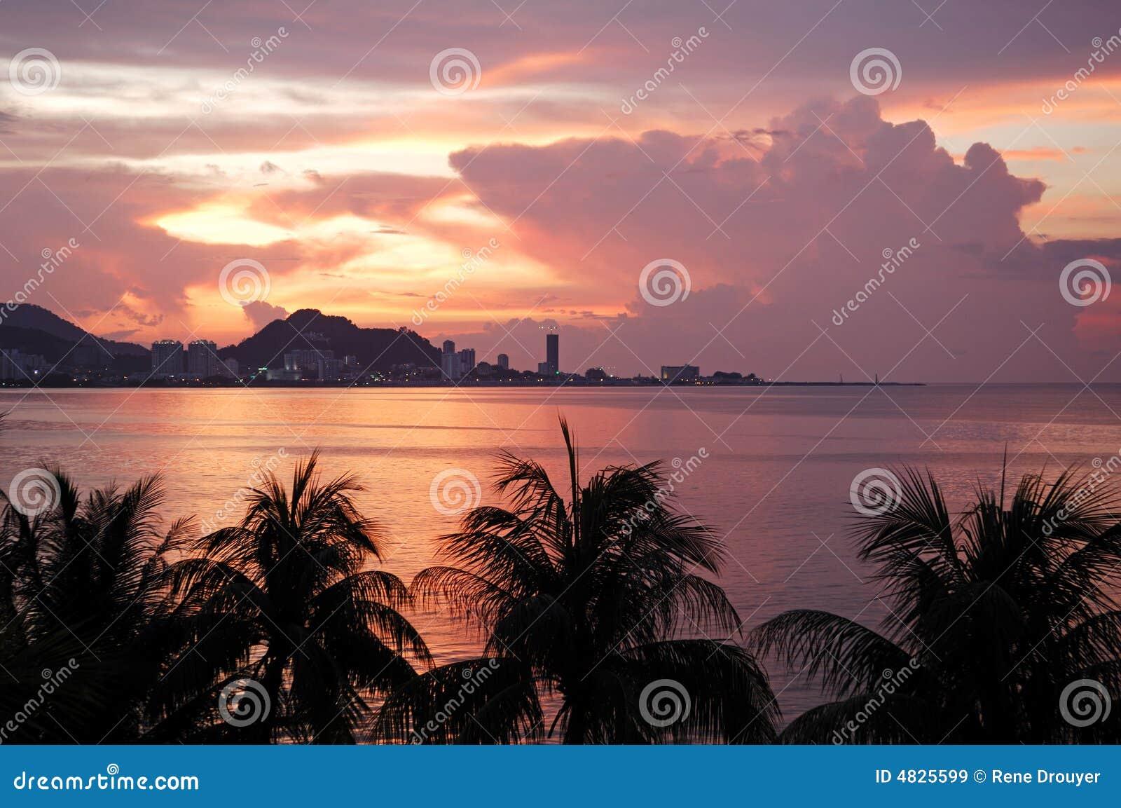 Sikt för stadsmalaysia penang solnedgång