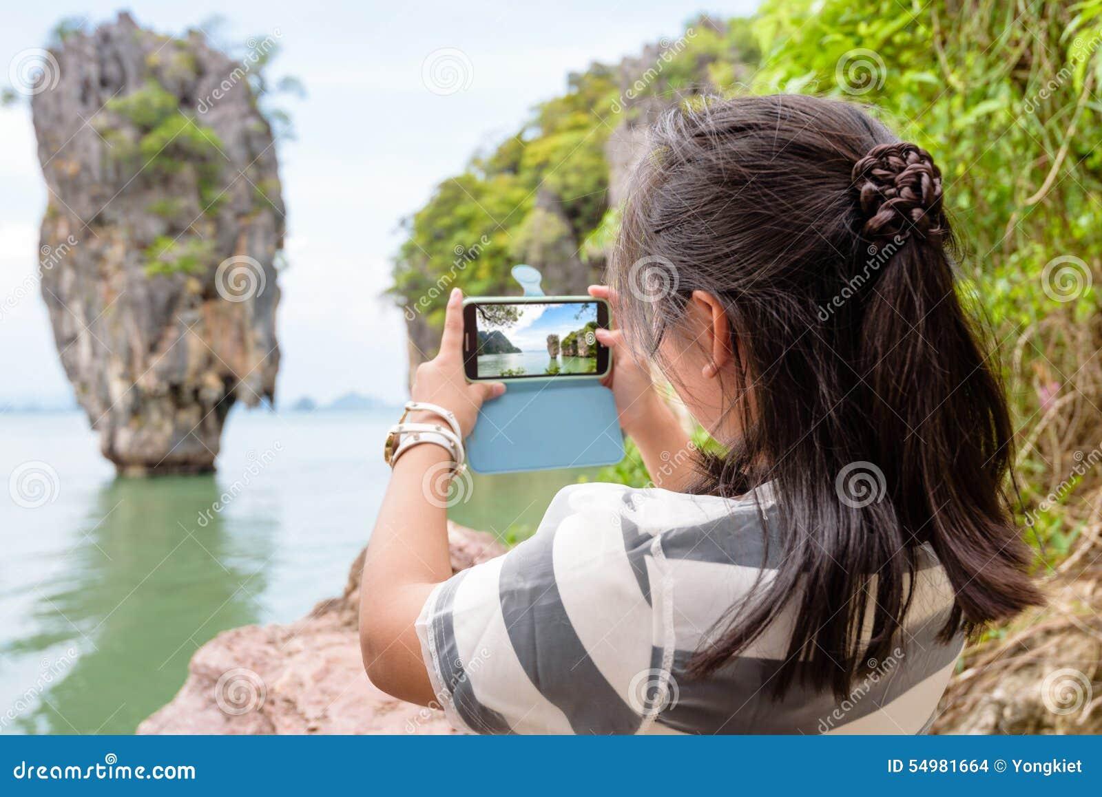 Sikt för turist- skytte för kvinnor naturlig vid mobiltelefonen
