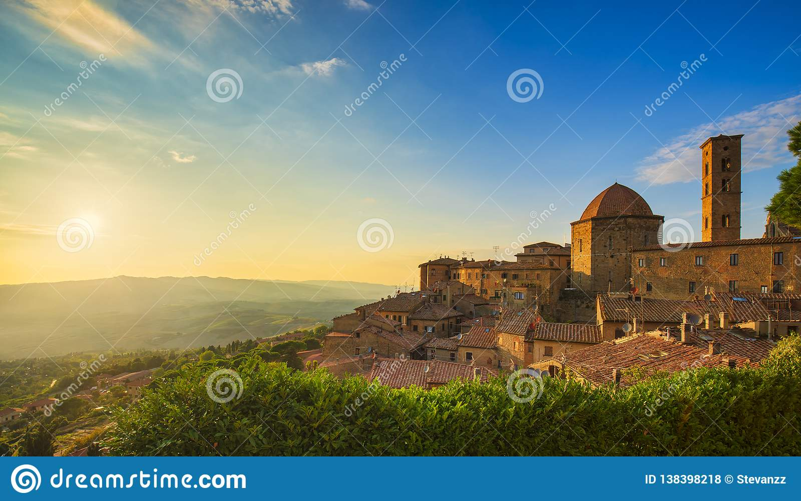 Sikt för Tuscany, Volterra stadhorisont, kyrka- och panoramapå solnedgång italy
