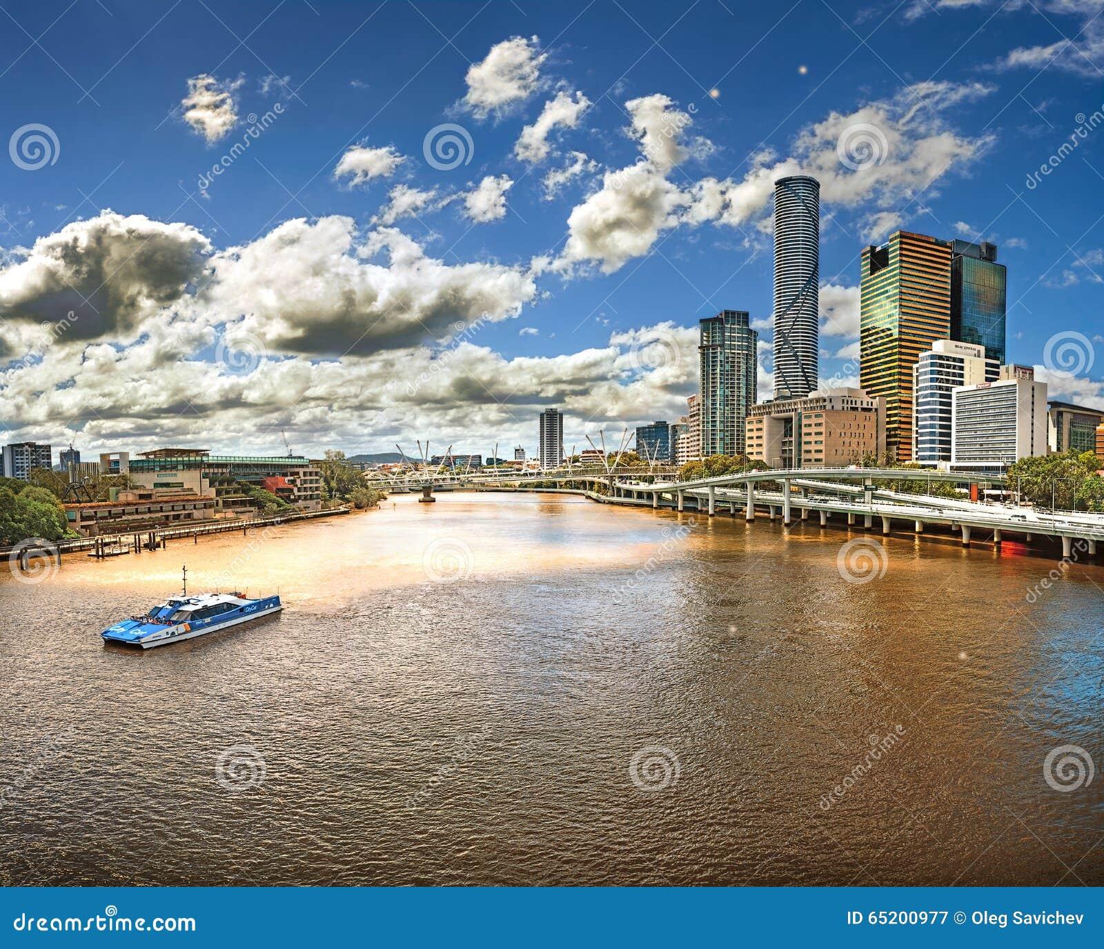 Sikt från bron över floden Brisbane (Australien, Brisbane) med sikter av skyskraporna av staden