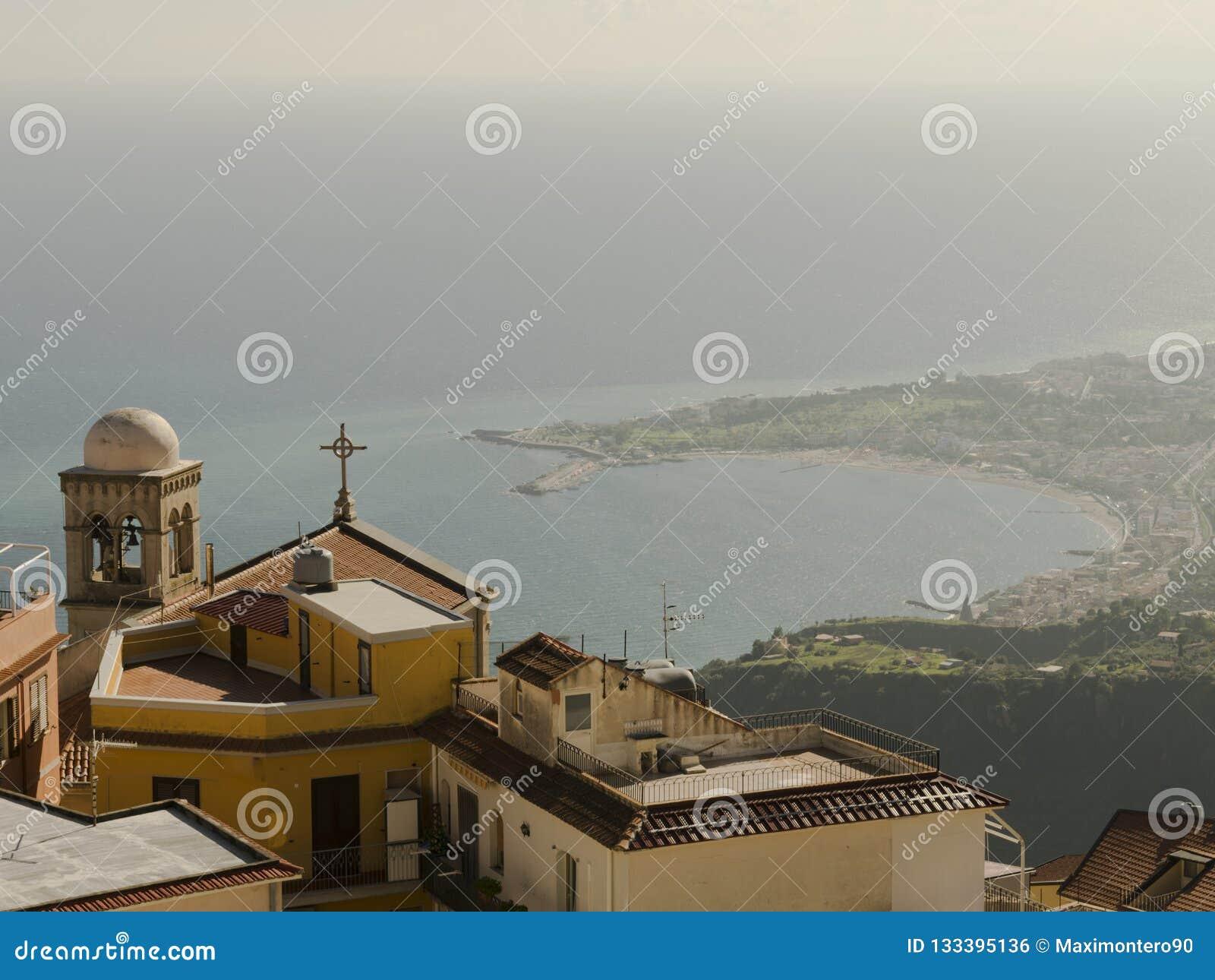 Sikt från Castelmola Italien med kusten i bakgrunden