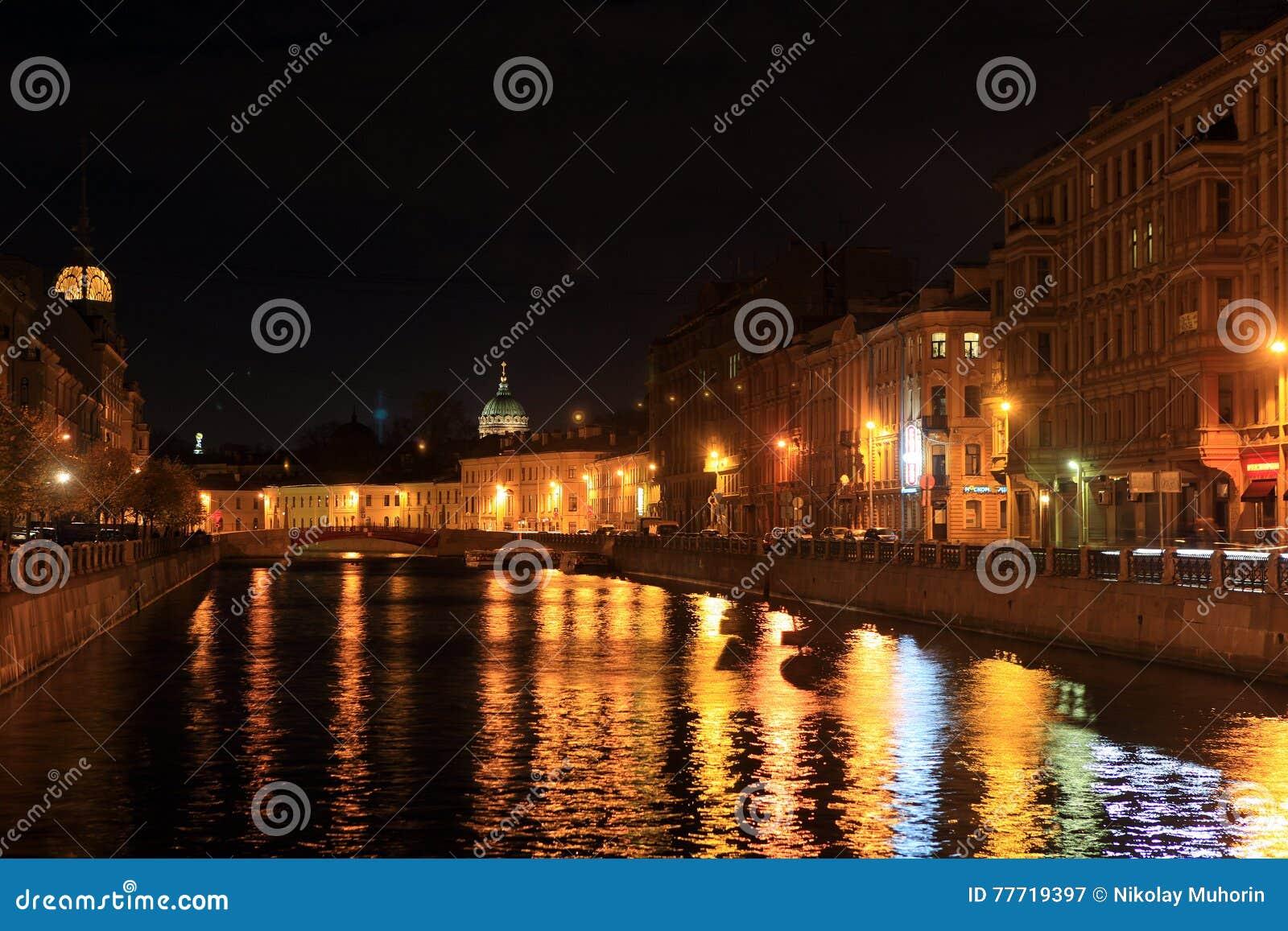 Sikt från den blåa bron på flodvasken och kupolen av den Kazan domkyrkan på natten petersburg russia st