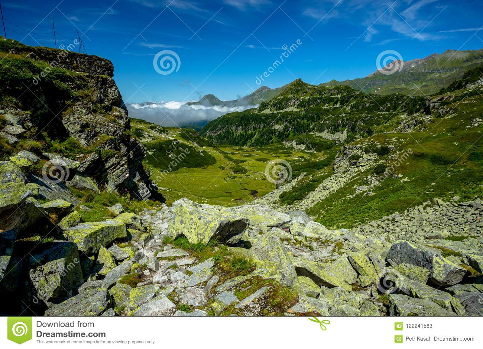 Sikt från den Rocky Alpine Trail Towards Lake Grà ¼nseen