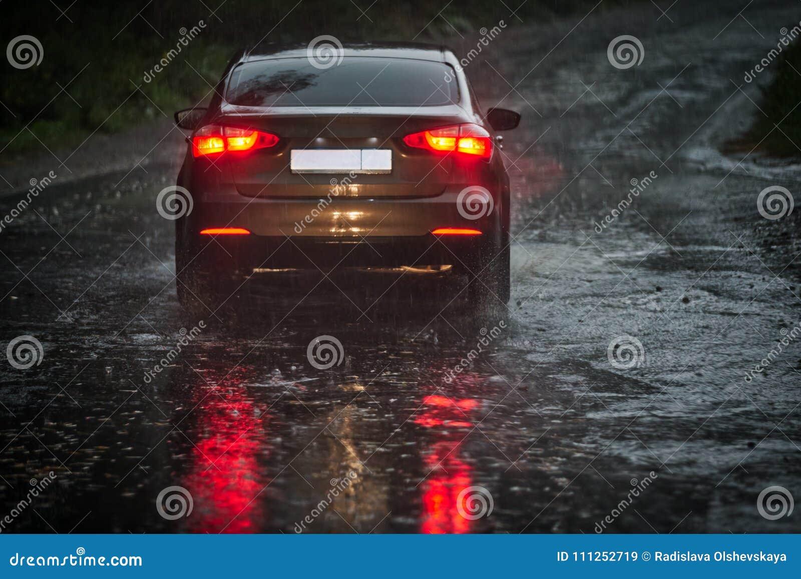 Sikt från engjord genomvåt vindruta på en bil framme