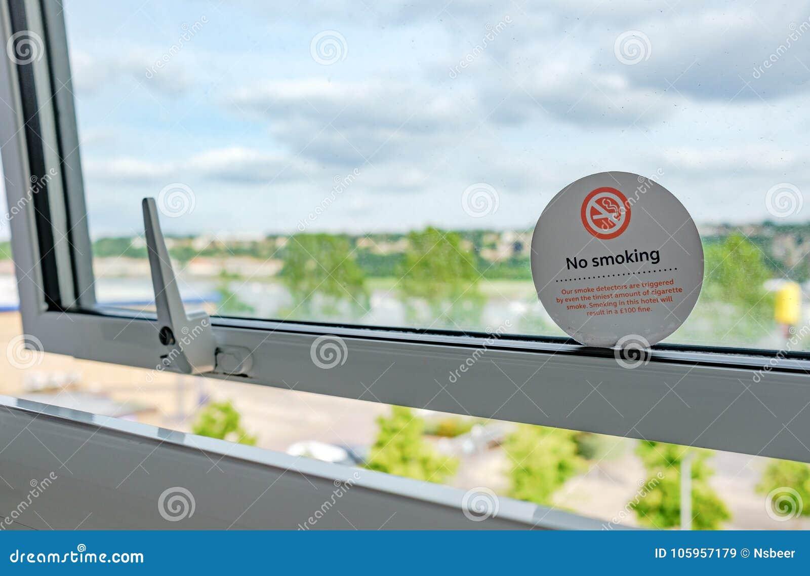 Sikt från ett hotellrumfönster som visar fönstret som öppnas litet