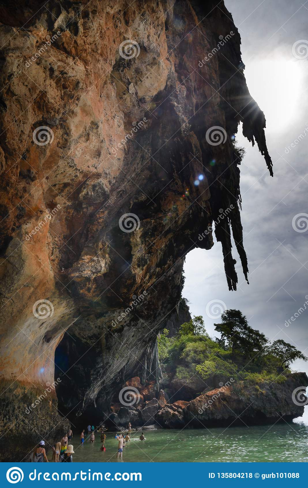 Sikt från grottan: Fjärd för Ao Phra Nang, Railay strand, hattTham Phra Nang strand, Krabi, Thailand
