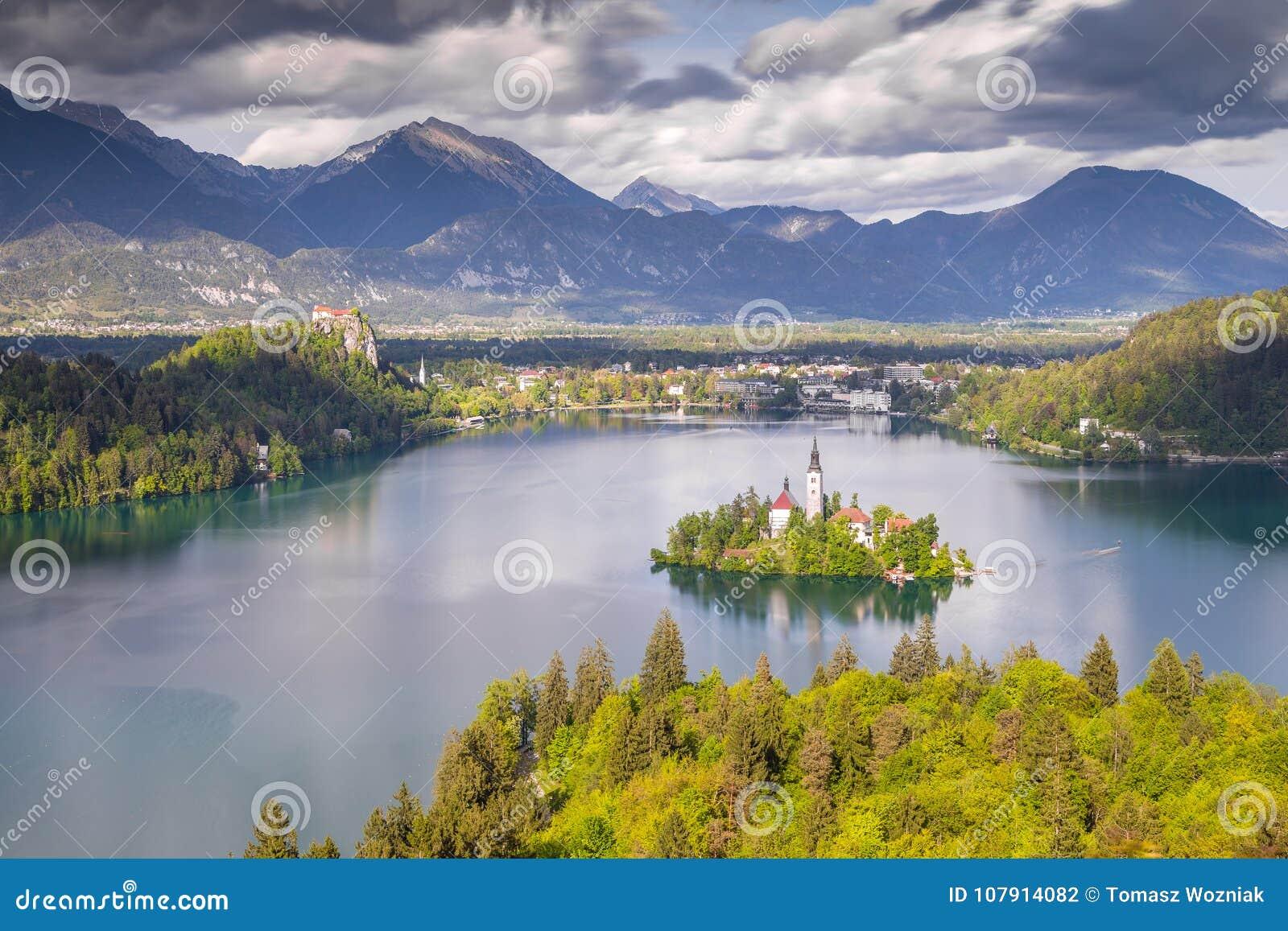Sikt från kullen Ojstrica till det mest berömda stället i Slovenien Blejski Otok