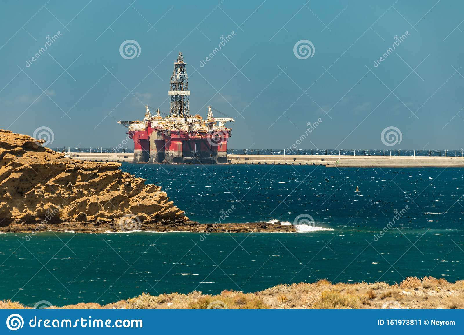 Sikt från kusten av den frånlands- riggen för olja som förtöjas i porten av granadillaen på Tenerife