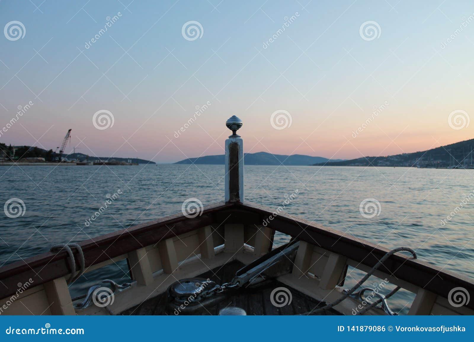Sikt från pilbågen av fartyget på Adriatiskt havet och solnedgången i Trogir