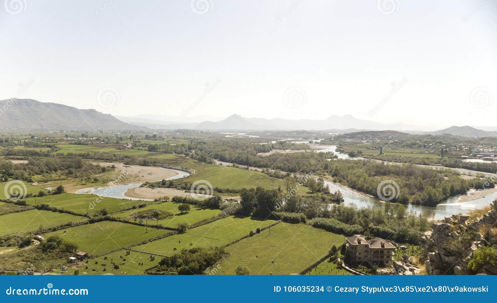 Sikt från riunsna av slotten Skoder i Albanien på flodBuna