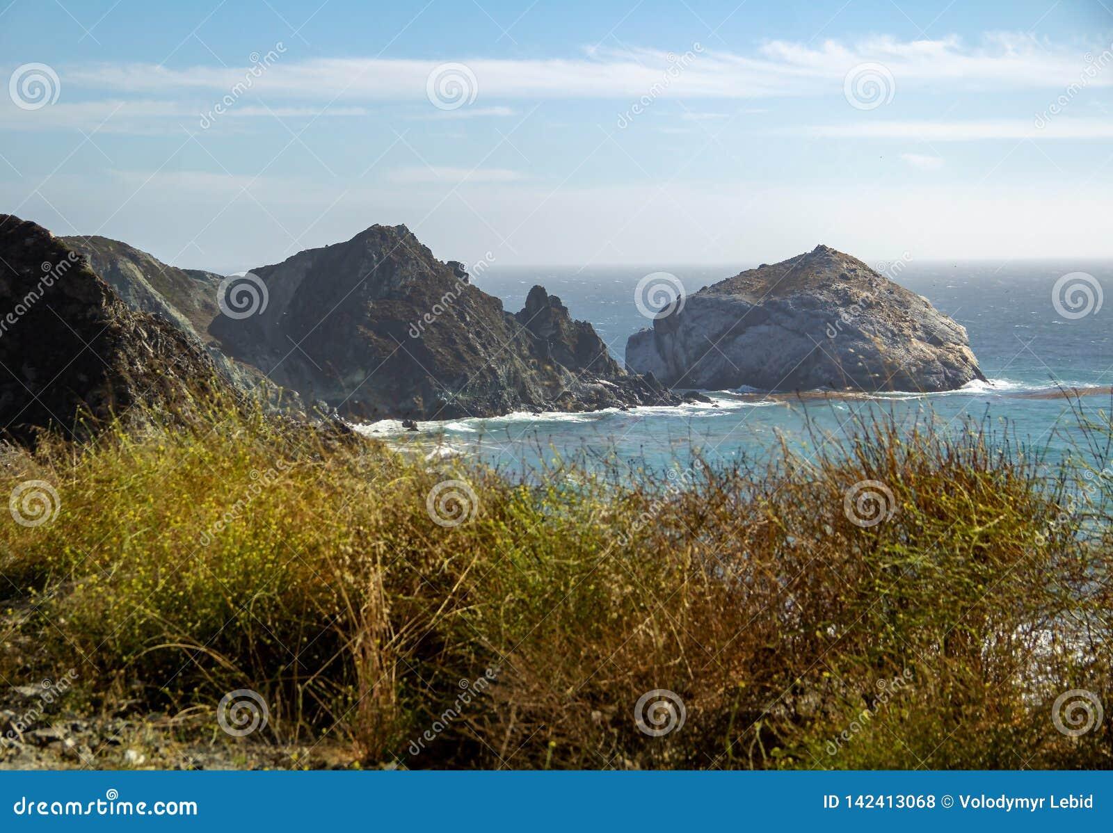 Sikt från Stillahavskustenhuvudvägen inte 1 på havet i Kalifornien