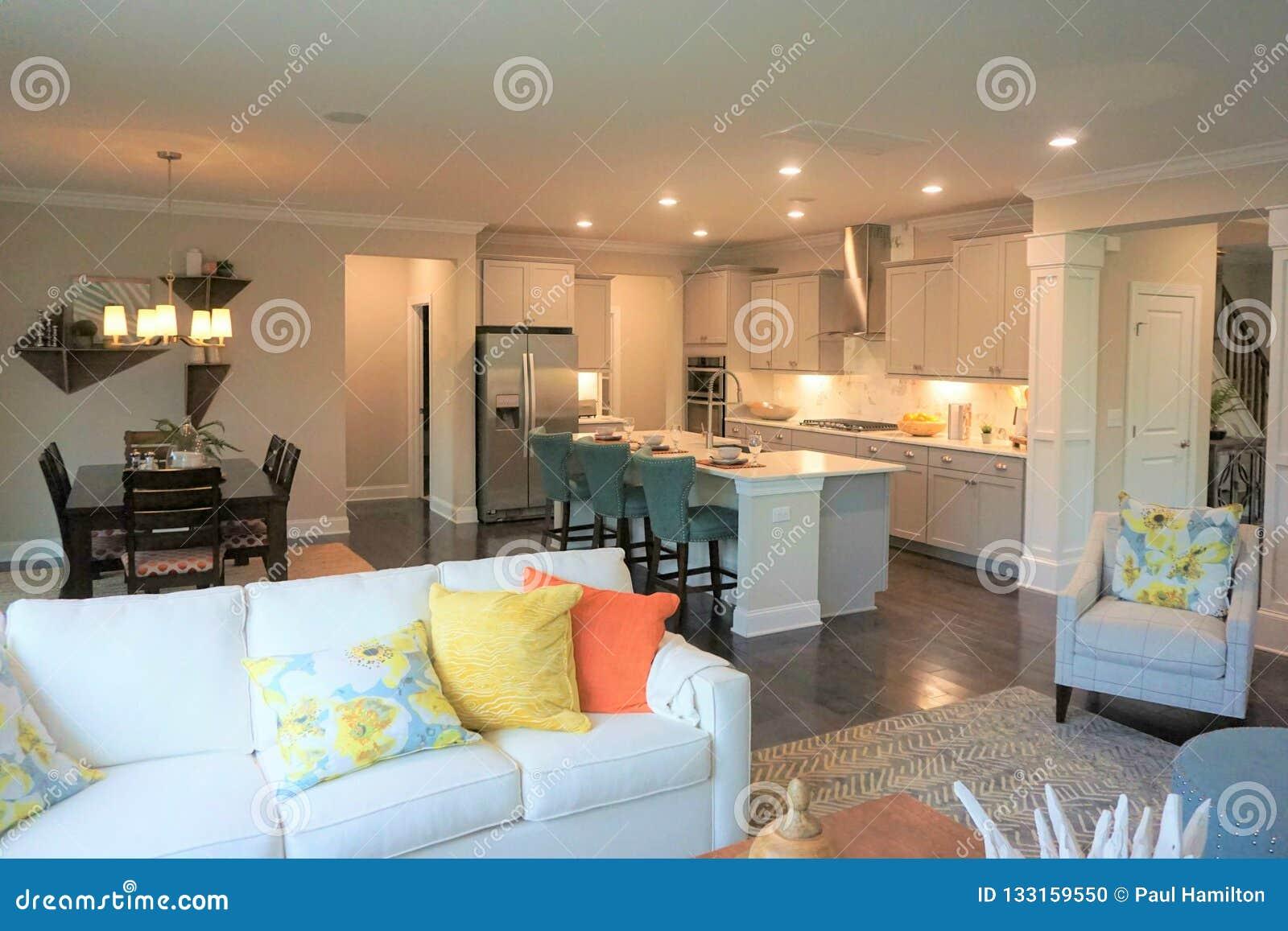 Sikt in i köket av ett modernt hem från familjrummet