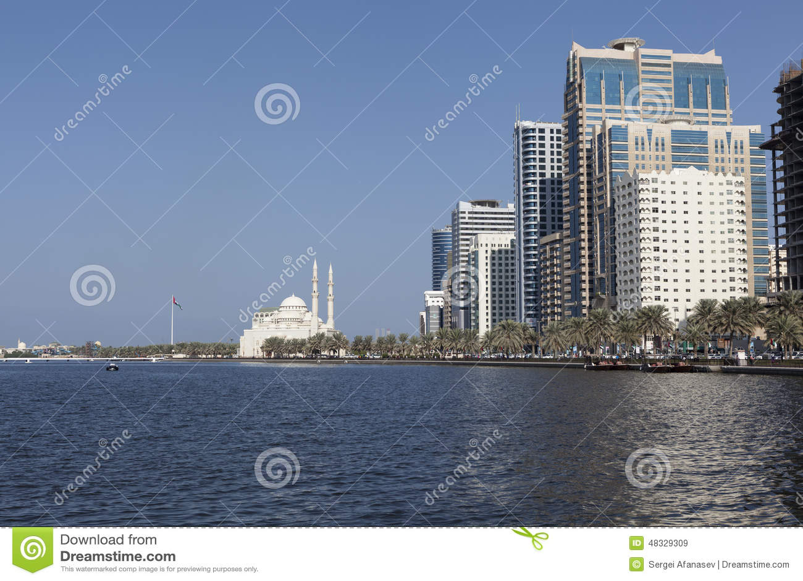 Sikt Khalid Lagoon och Al Noor Mosque (Al Noor Mosque) Sharjah förenade arabiska emirates